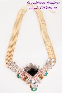 Gargantilla con cadena dorarda, pedrería en tonos rosas, turquesas, diamantes y una gran piedra negra