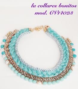 Gargantilla trenzada en tonos azules, terminada con bonitos abalorios en azul, blanco y un toque de dorado.