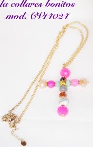 Cadena dorada con colgante en forma de Cruz hecho de abalorios en tonos rosas.