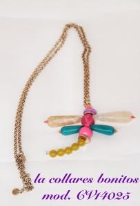Cadena doradalarga con colgante libelula hecho de abalorios en tonos turquesas, rosas, amarillos y blancos.