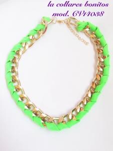 Gargantilla cadena dorada rodeada por cordón verde.