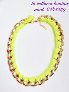 Gargantilla de cadena dorada entrelazada con cordón amarillo.