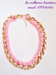 Gargantilla de cadena dorada entrelazada con cordón rosa.