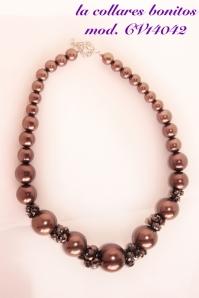 Collar bolas cobre amarronado con piedras multifacetadas en los mismos tonos.