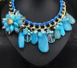MODELO COI14003. Cadena dorada con trenzado en terciopelo azul, preciosa flor de pedreria y engastado al rededor todo piedras de distintos tamaños al tono. 12€
