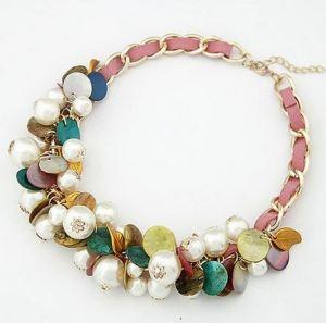 Precioso collar con multitud de perlas, abalorios multicolor y cadena con trenzado en terciopelo rosa. 10€