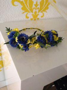 Corona en azules y amarillos.