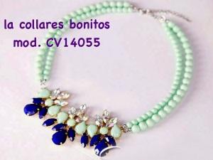 Preciosa gargantilla en tonos aguamarina, cristales transparentes y azules. 10€