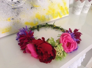 Corona de flores multicolor con distintos tipos de flores. Tamaño grande.