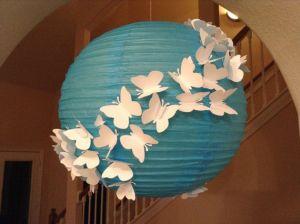 Otra forma, la lampara en color  y más mariposas alrededor.