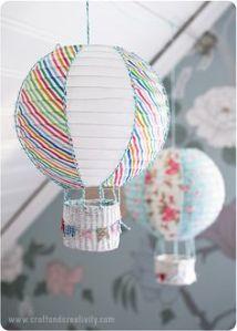 El cestito, podemos colocarle uno en mimbre o hacerlo nosotros con cartón y decorarlo. Atarlo a la base de la lámpara y cuando coloquemos será como un globo de verdad.