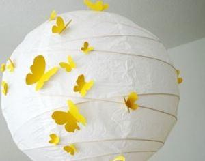 Mariposas recortadas y pegadas a nuestra lampara. ¿A que quedada bonito?