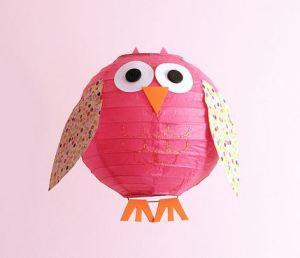 Lámpara en color, recortar en cartulina las alas, patitas ojos y pico, pegamos y a colgar.