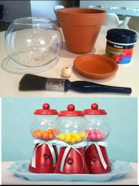 Necesitamos un bowl, pintura (si no va pintada nuestra maceta), brocha, un plato (para cubrir el bowl) y un tirador para pegarle.